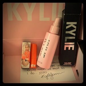 Kylie's setting spray and glam matte 💄